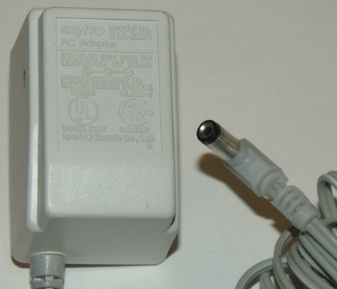 SANYO 51A-2824 AC TRAVEL ADAPTER 9VDC 100MA USED 2 x 5.5 x 10mm
